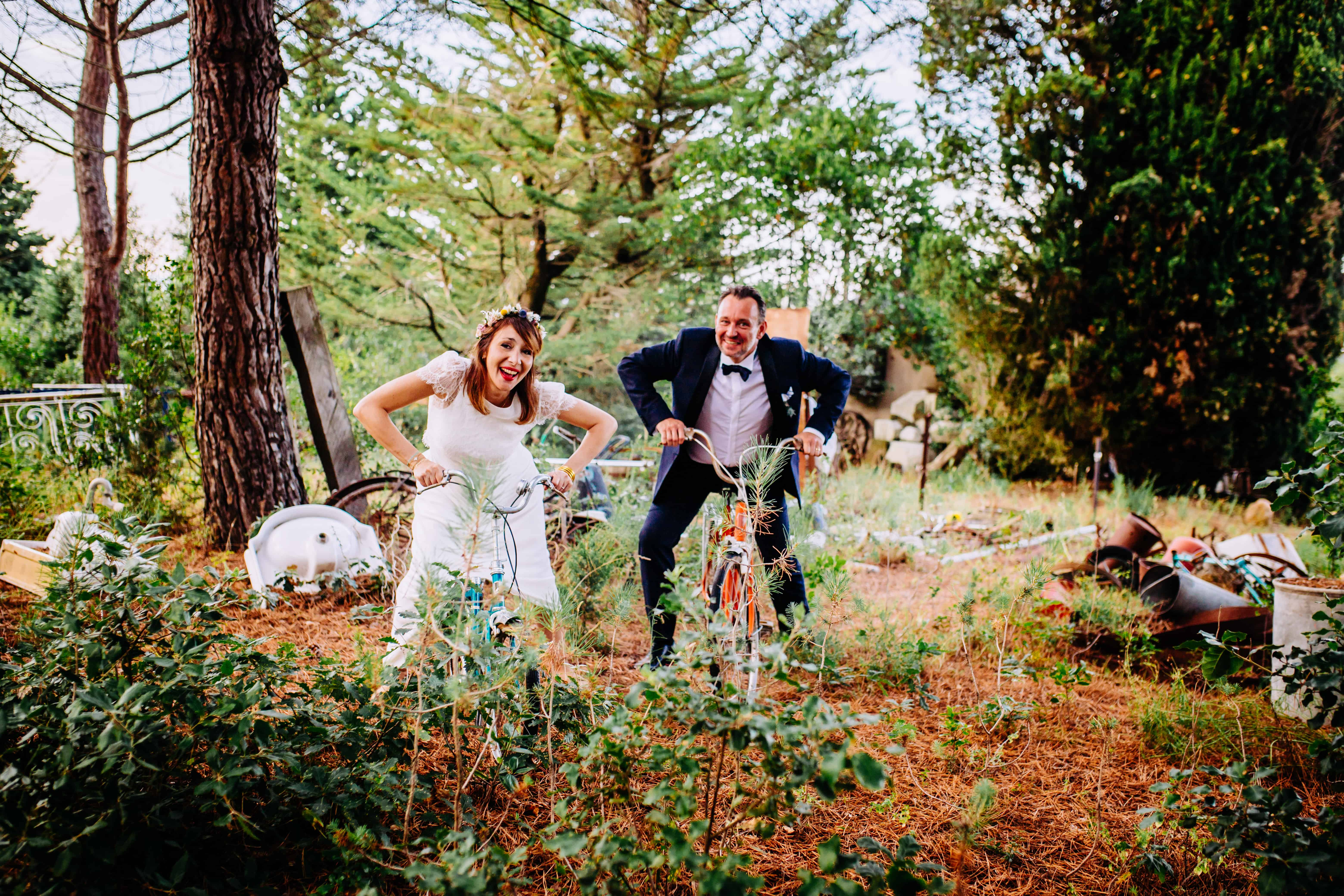 photo-fun-mariage-couple-a-velo-laure-sophie