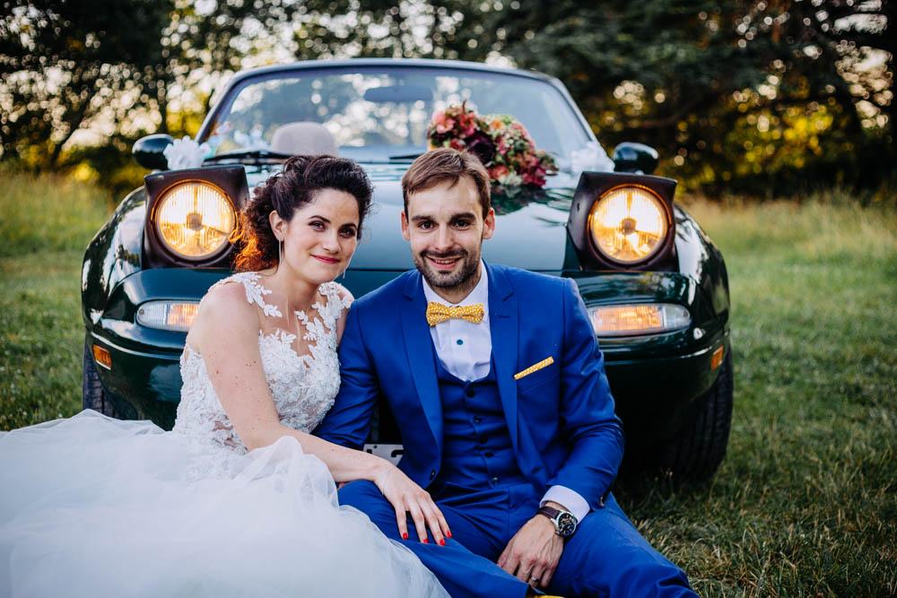 couple mariés devant voiture anciene chateau de caumont