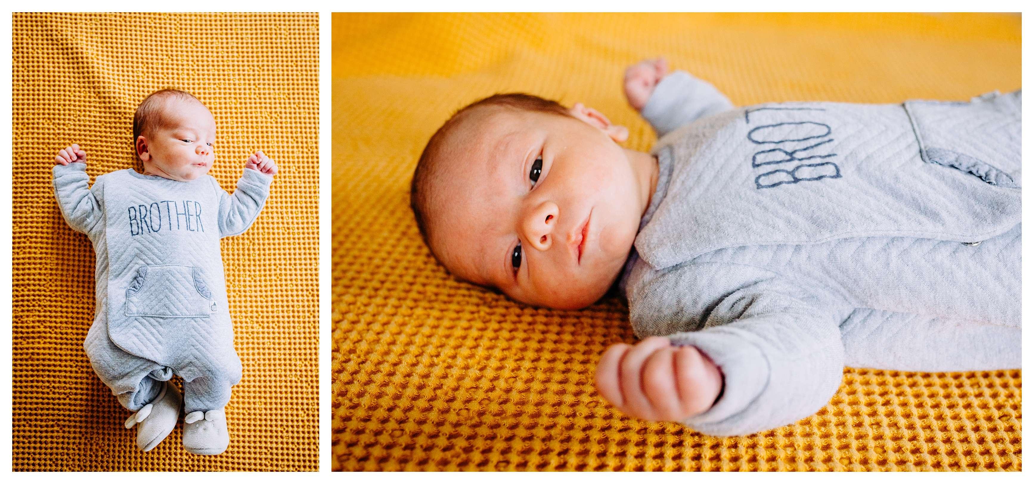 Nouveau né allongé sur couverture jaune pour une photo