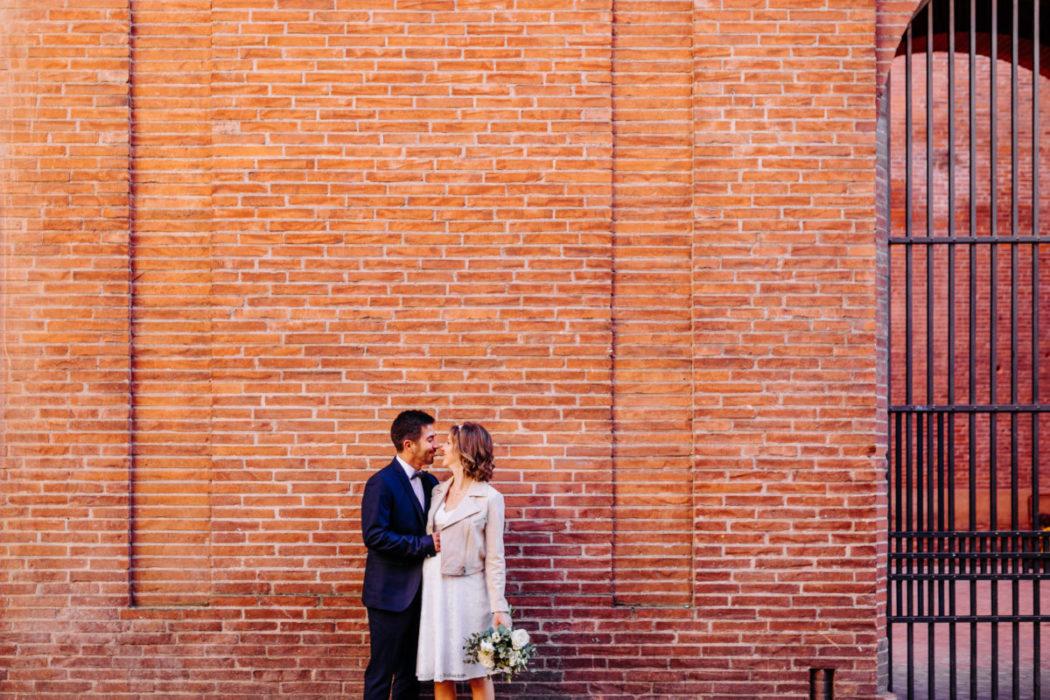 couple mariés devant briquettes toulousaines